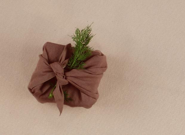 Faça-você-mesmo-uma-embalagem-para-presente-com-tecido (Foto: Casa e Jardim)