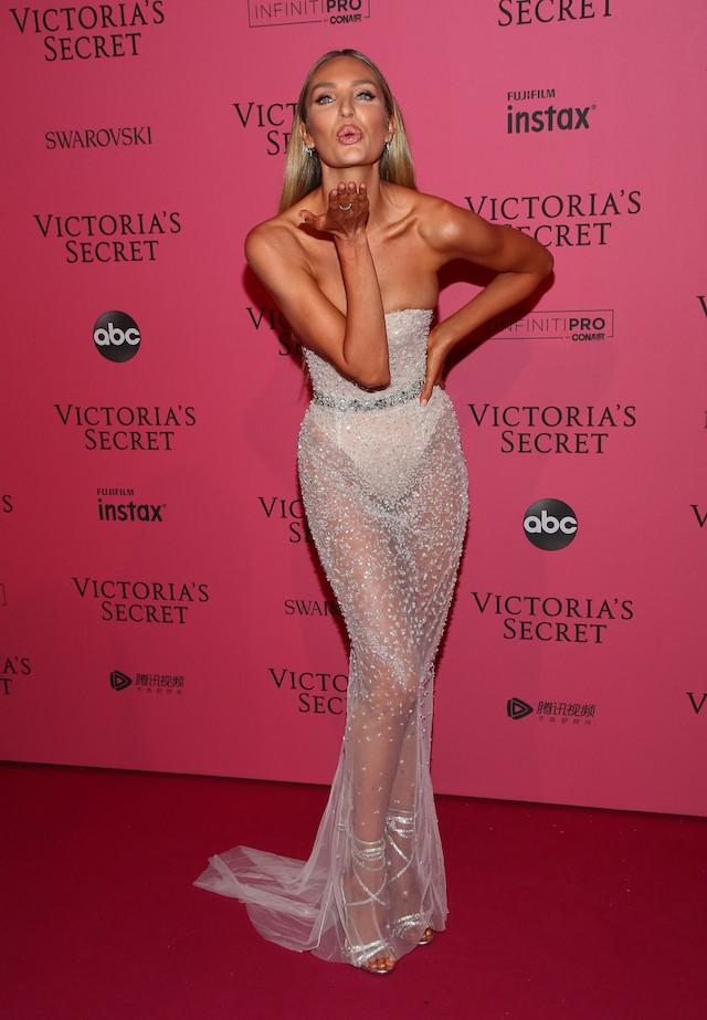Candice Swanepoel cruza o pink carpet da after party do Victoria's Secret Fashion Show (Foto: Getty Images)