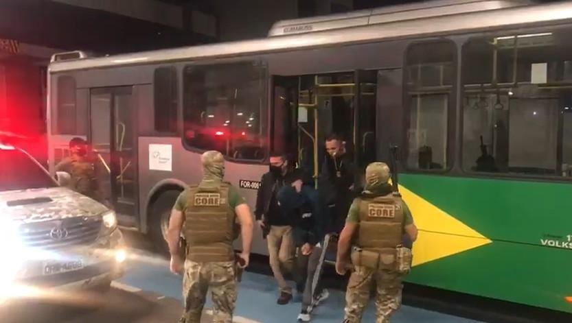 Homem que matou escrivão dentro de delegacia no Ceará é transferido de São Paulo para Fortaleza
