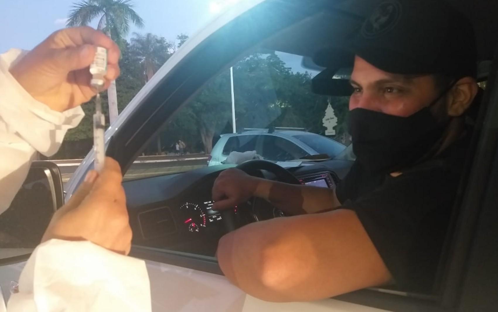 Cantor Jorge, da dupla com Mateus, se vacina contra Covid-19 em Itumbiara