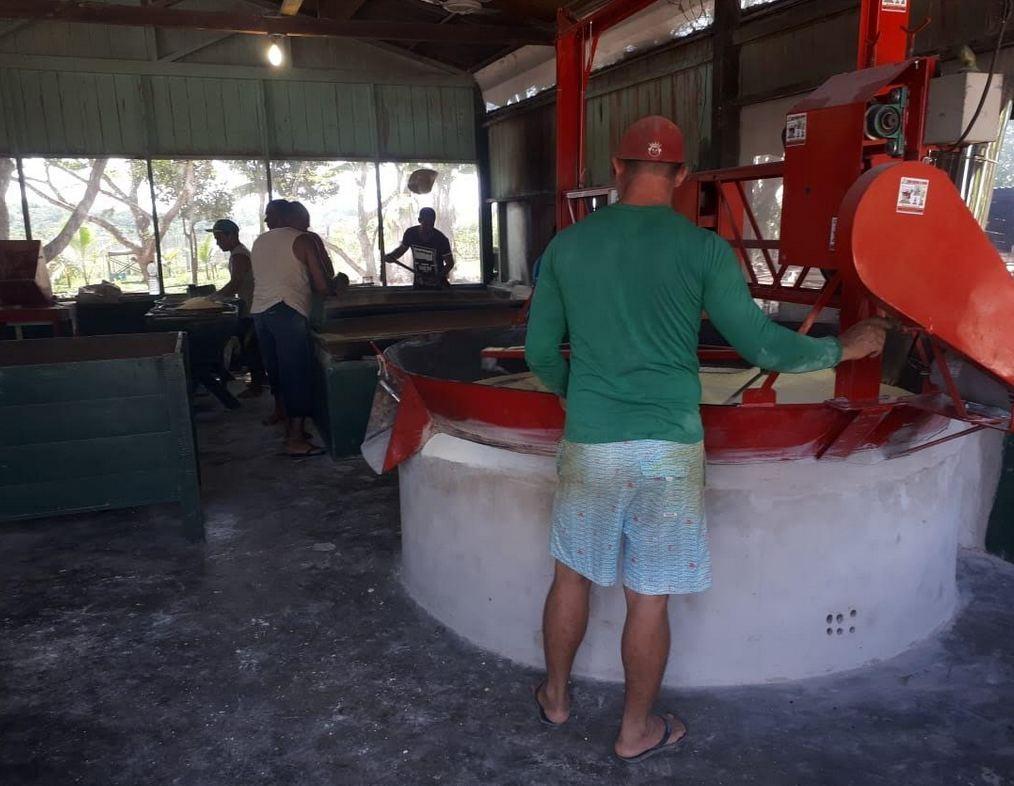 Em parceria, produtores investem em mecanização da casa de farinha no presídio de Cruzeiro do Sul