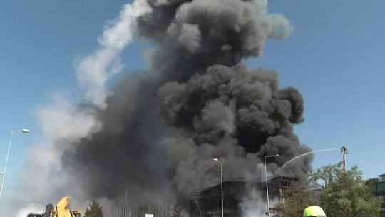 Tanque explode e voa longe durante incêndio em fábrica em Istambul, na Turquia