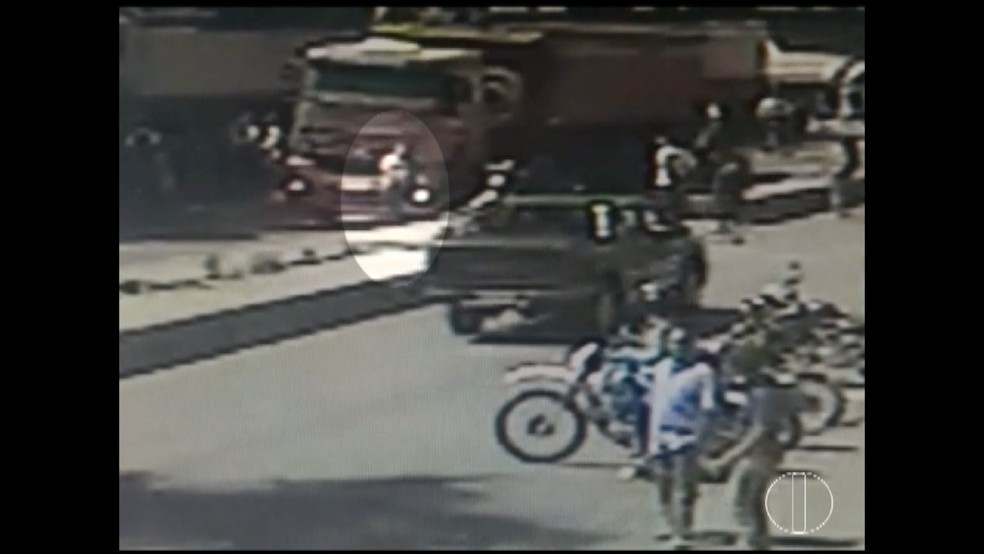 Imagens mostram adolescente sendo atropelada por caminhão em Bonito de Minas (Foto: Reprodução/Inter TV Grande Minas)