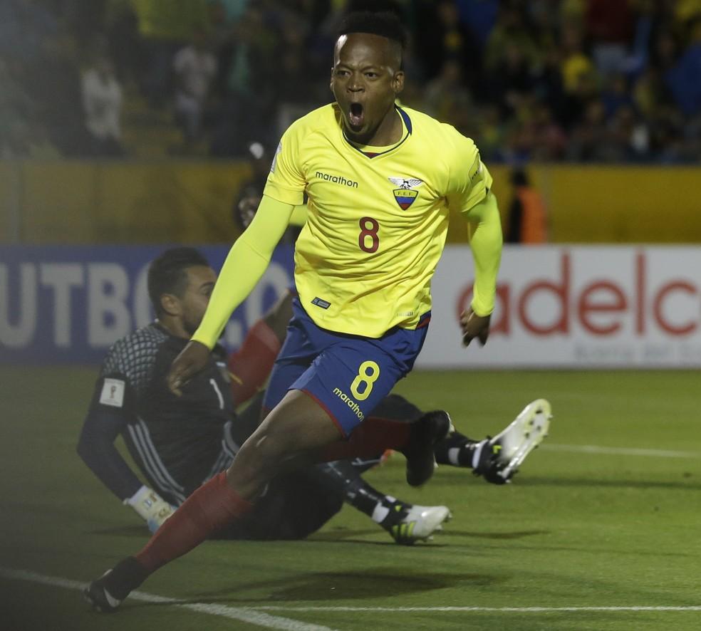 Ibarra marcou gols nas derrotas para Chile e Argentina, nas Eliminatórias (Foto: AP )