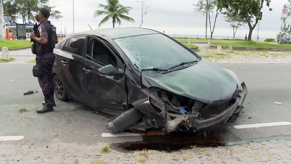 Carro que atropelou ciclista no Recreio foi abandonado; motorista fugiu a pé — Foto: Reprodução/TV Globo