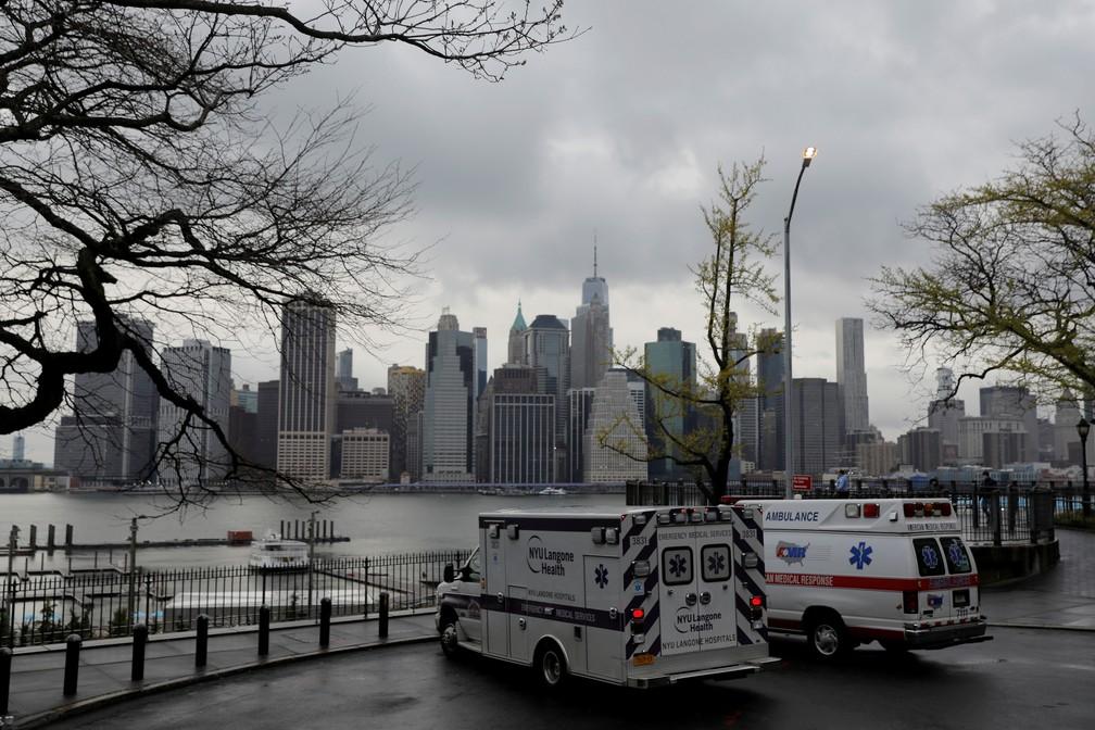 Ambulâncias estacionadas em Nova York, com arranha-céus de Manhattan ao fundo, em foto de sexta-feira (24) — Foto: Andrew Kelly/Reuters