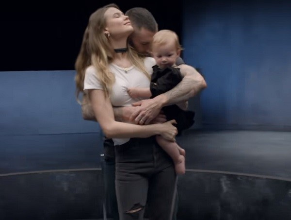 Adam Levine mostra a filha no novo videoclipe (Foto: Reprodução/ Youtube)