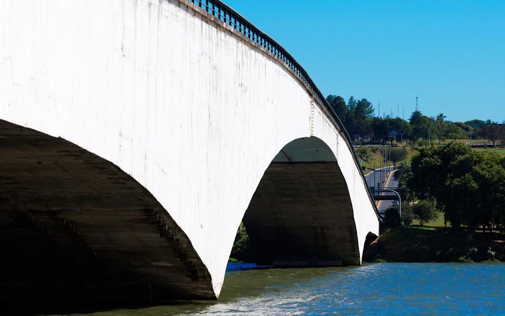'Segunda ponte' sobre o Lago Paranoá, no DF, que teve nome alterado de Costa e Silva para Honestino Guimarães (Foto: Marcelo Brandt/G1)
