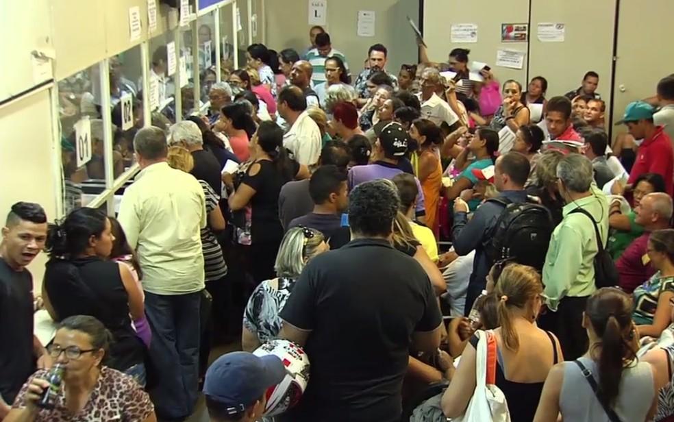 Pacientes enfrentam tumulto na Central de Regulação (Foto: Reprodução/TV Anhanguera)