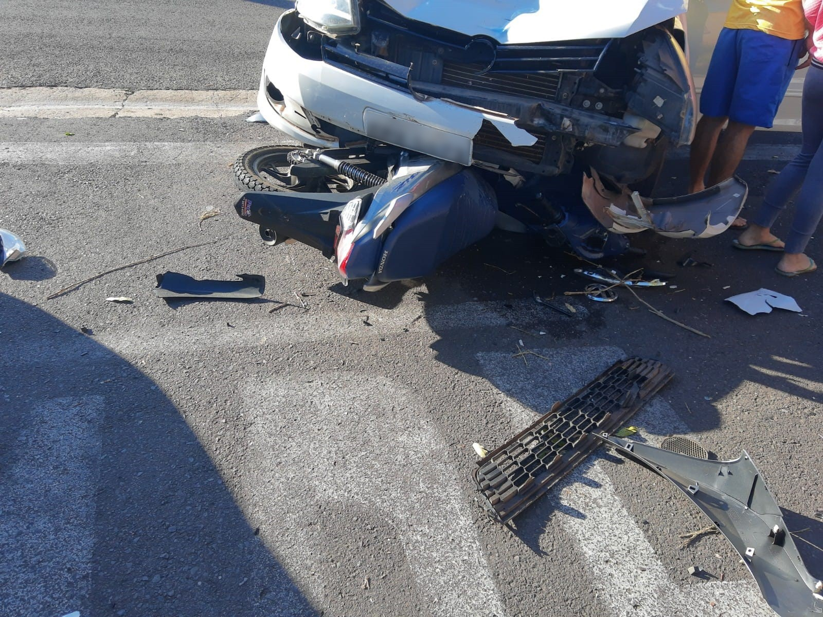 Acidente entre carro e motocicleta deixa vítimas no Jardim Humberto Salvador, em Presidente Prudente