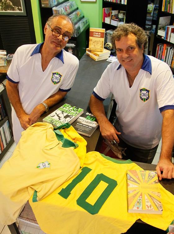 O cartunista Cássio Loredano e o livreiro Rodrigo Ferrari (à dir.) usarão  uniforme b61e41d9ea6a7