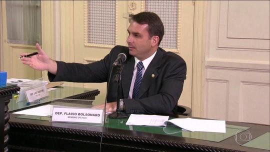 Flávio Bolsonaro empregou na Alerj mãe e mulher de ex-PM suspeito de integrar milícia