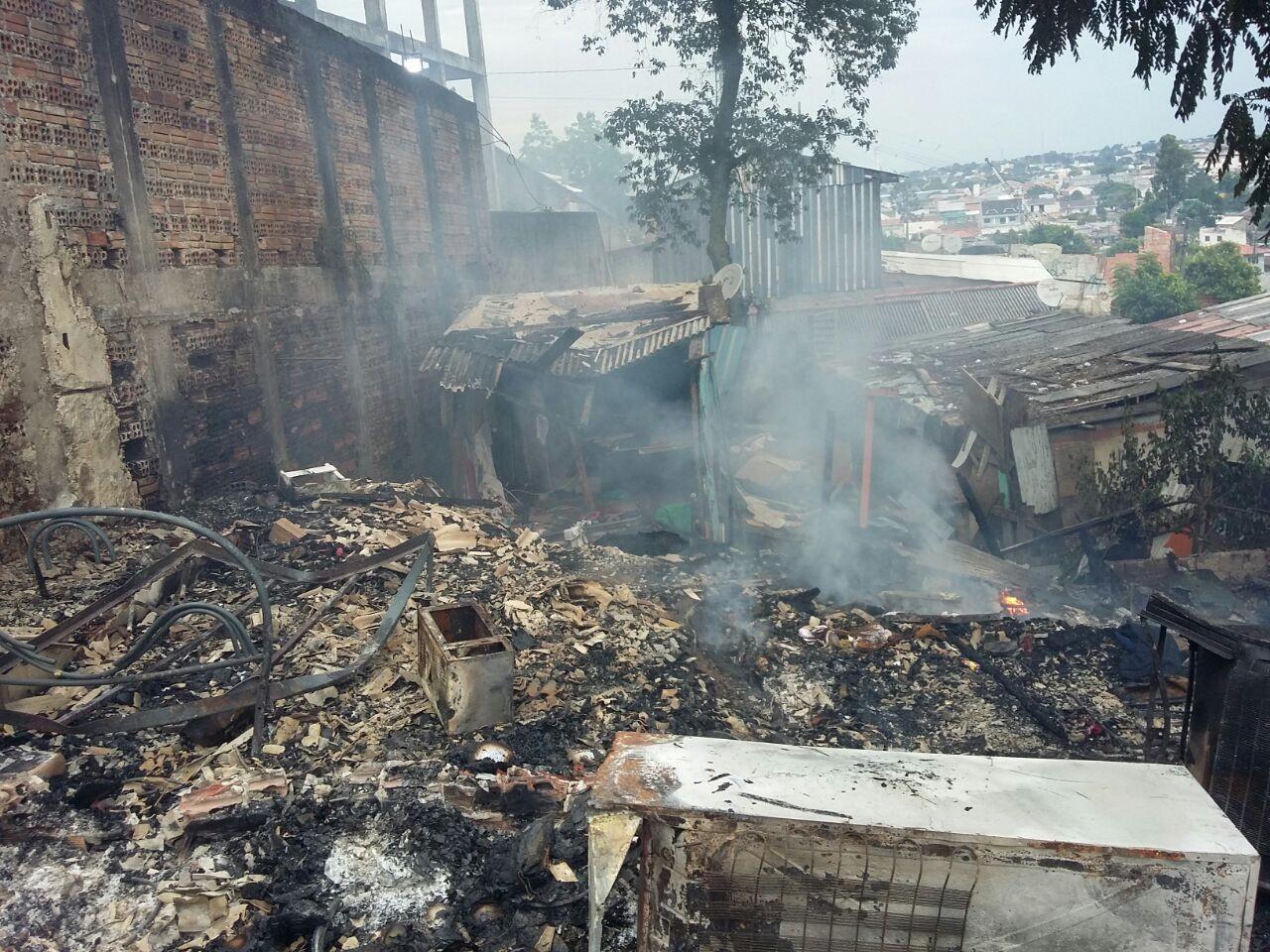 Polícia Civil investiga incêndio que destruiu dezenas de casas em Curitiba