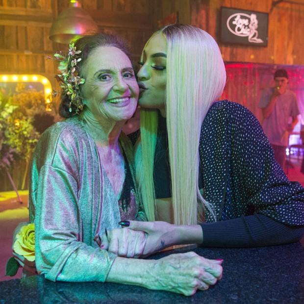 Laura Cardoso ganha beijinho de Pabllo nos bastidores de 'O Outro Lado do Paraíso' (Foto: Divulgação/TV Globo)