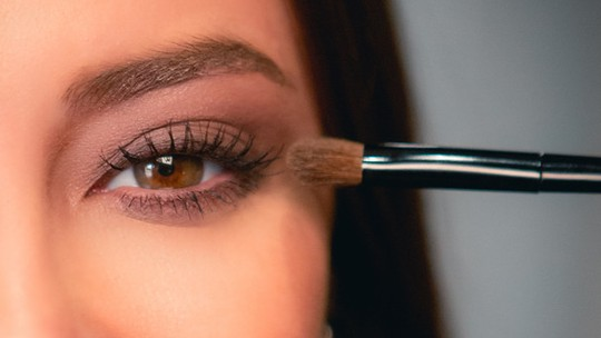 Vivi Guedes ensina a destacar os olhos numa make perfeita