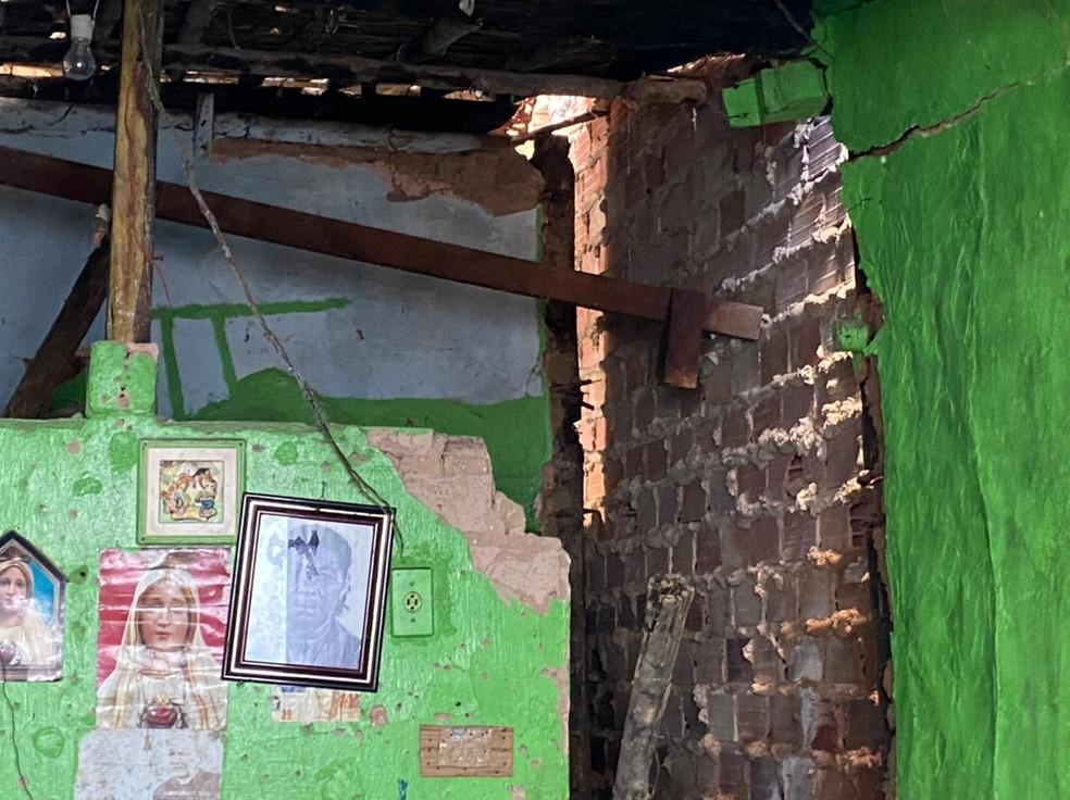 Desabamento em uma residência deixa uma vítima soterrada, em Maceió, Alagoas — Foto: CBMAL