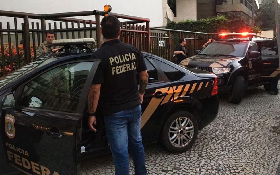 Agentes da Polícia Federal chegaram à casa de Lélis Teixeira por volta das 6h (Foto: Pedro Figueiredo / TV Globo)