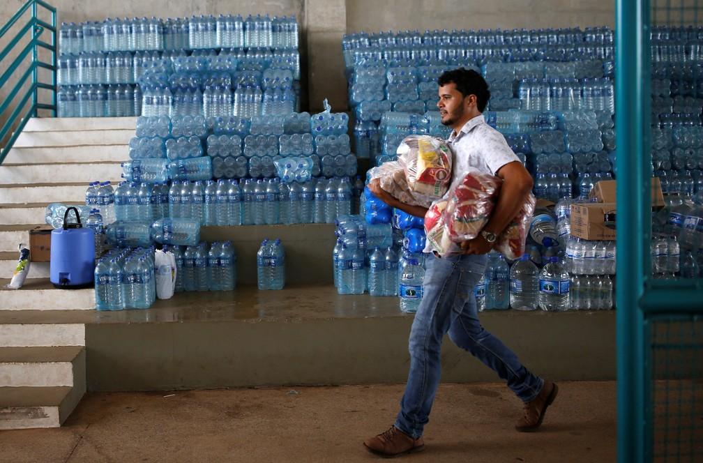 Voluntário carrega doações para moradores afetados pelo rompimento da barragem da Vale em Brumadinho. — Foto: Adriano Machado/Reuters