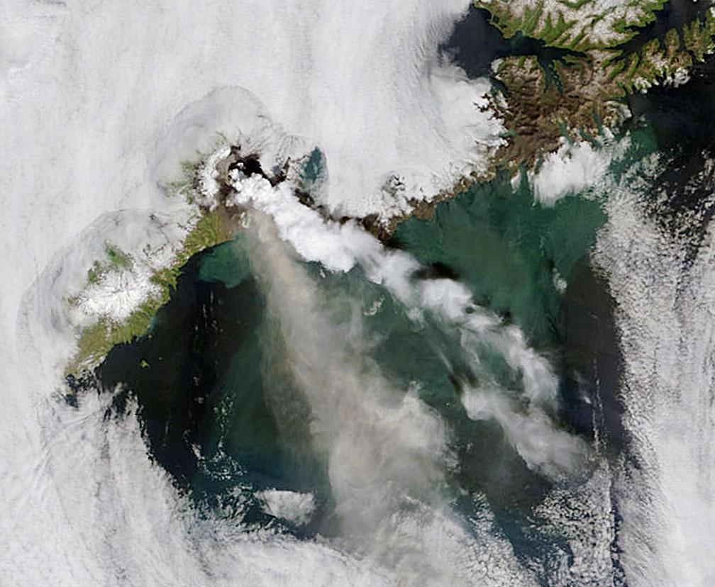 Vulcão Okmok, no Alasca, lança nuvem de gases em julho de 2008 — Foto: Handout / NASA / AFP