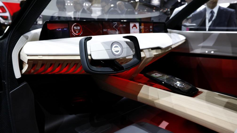 Volante e painel do novo conceito da Nissan (Foto: Brendan McDermid/Reuters)