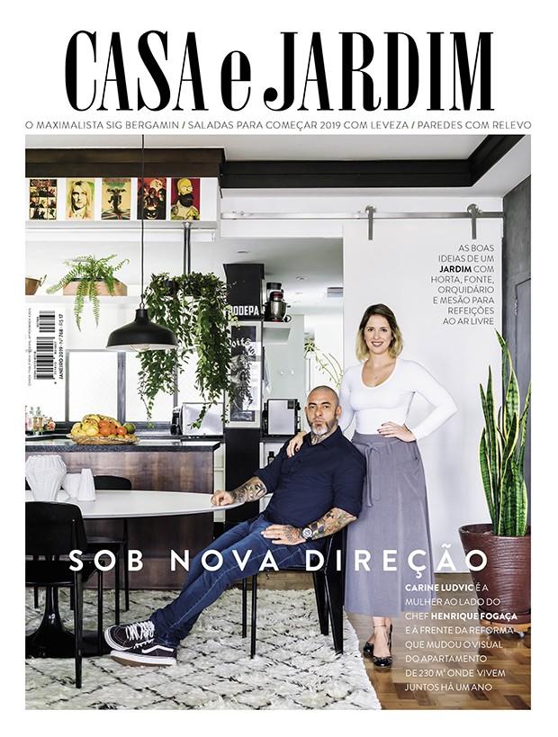 O chef Henrique Fogaça e a designer de interiores Carine Ludvic na sala de jantar de seu apê, em São Paulo (Foto: Christian Maldonado / Produção de Bruna Pereira)