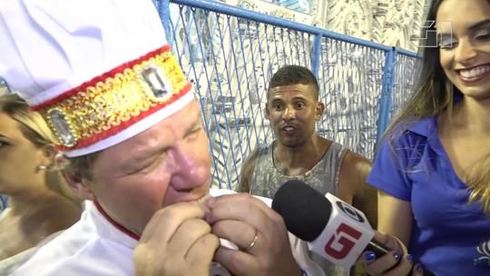 Chef Claude Troisgros prova quitutes do Setor 1, arquibancada popular da Sapucaí