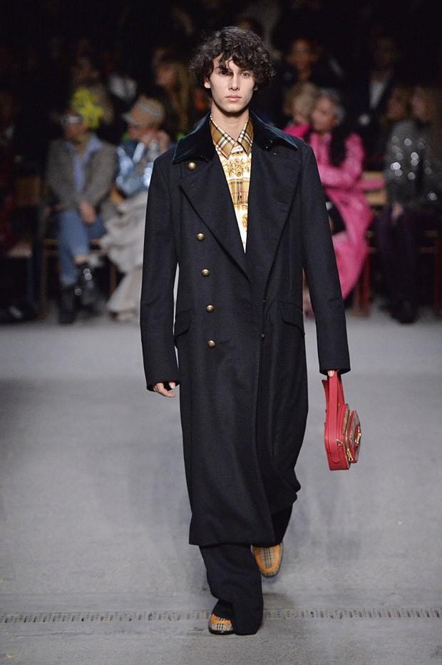 Príncipe Nikolai, da Dinamarca, em desfile da Burberry na London Fashion Week (Foto: Getty Images)