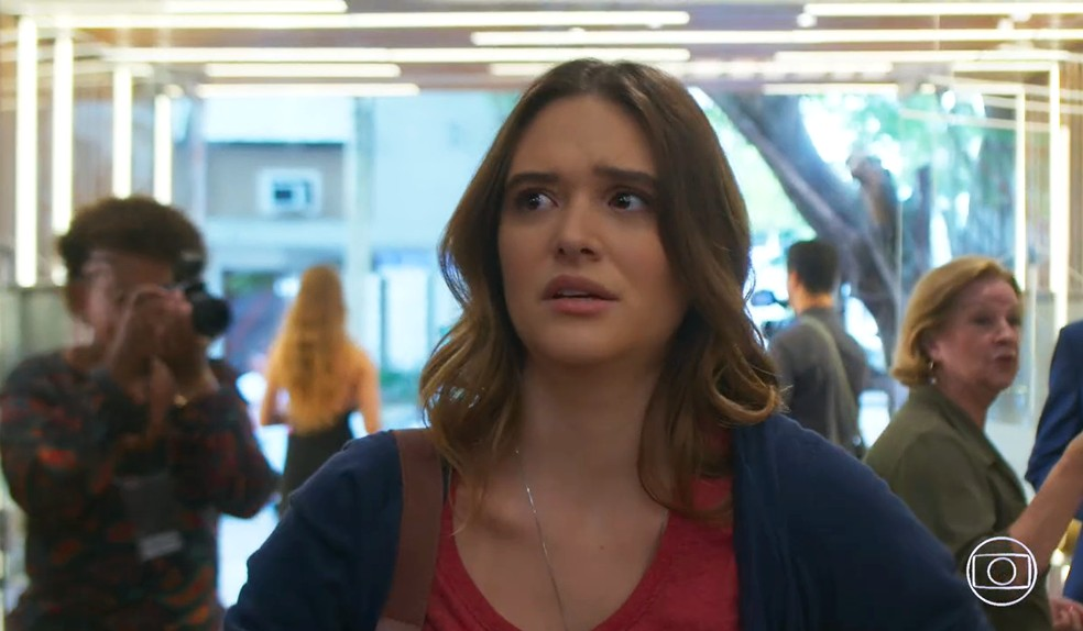 Luna (Juliana Paiva) vai até o Empório Delícia para falar com Helena (Flávia Alessandra) - 'Salve-se Quem Puder' — Foto: Globo