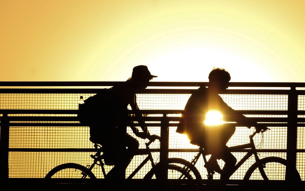 Ciclistas passeiam em Brasília debaixo de sol (Foto: Pedro Ventura/Agência Brasília)