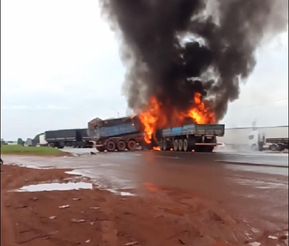 Caminhões pegaram fogo após batida na BR-53 — Foto: Reprodução/Redes Sociais