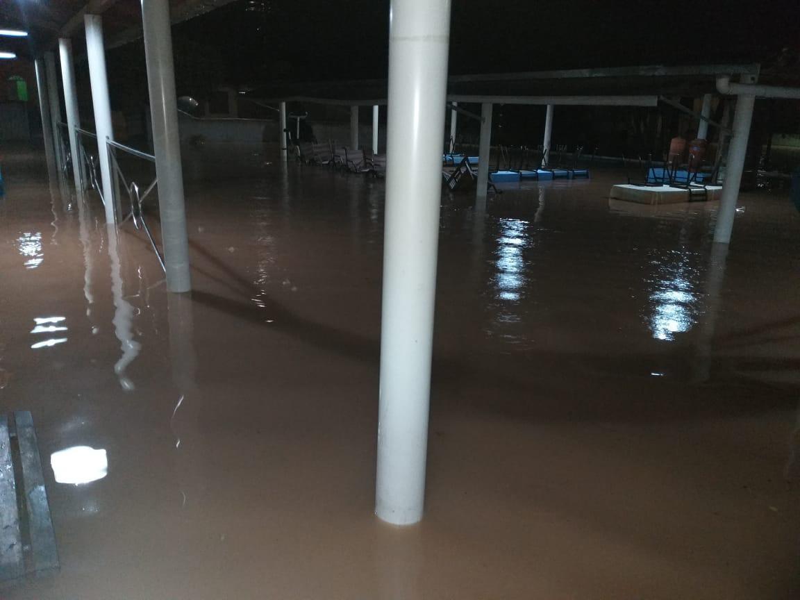 Forte chuva na causa alagamentos na cidade de Itabela, sul da Bahia