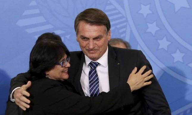 O presidente Jair Bolsonaro e a ministra Damares Alves