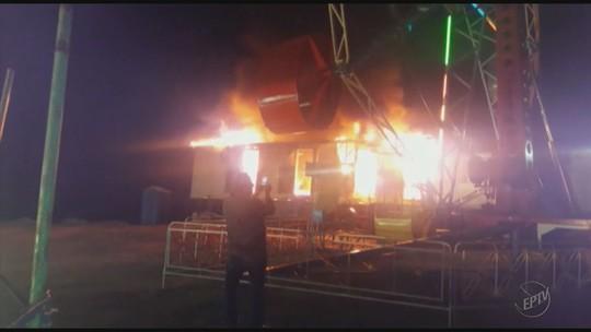Caminhão estacionado em parque de diversões pega fogo em Nova Resende, MG