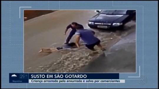 Vídeo mostra criança sendo salva de enxurrada durante chuva em São Gotardo
