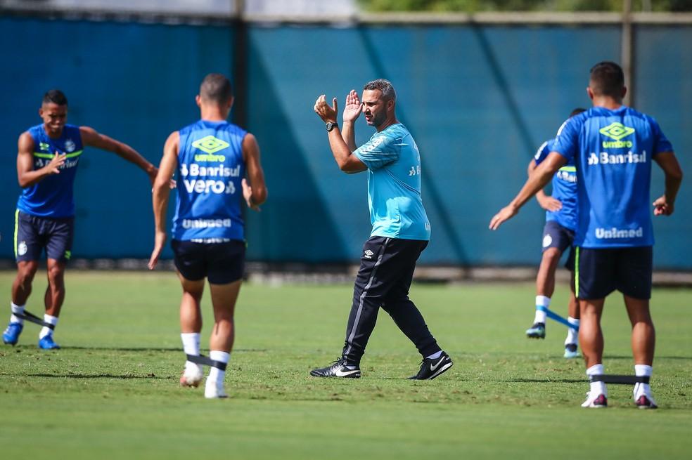 Reverson Pimentel comanda atividade  — Foto: Lucas Uebel / Grêmio FBPA