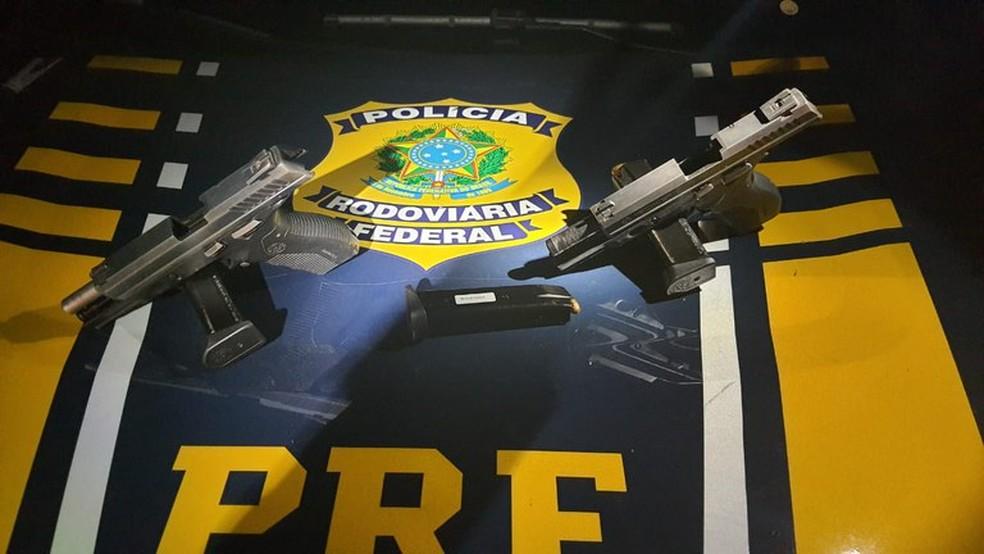 PRF prende homem e apreende duas pistolas e 39 munições na BR-226, em Macaíba — Foto: Divulgação