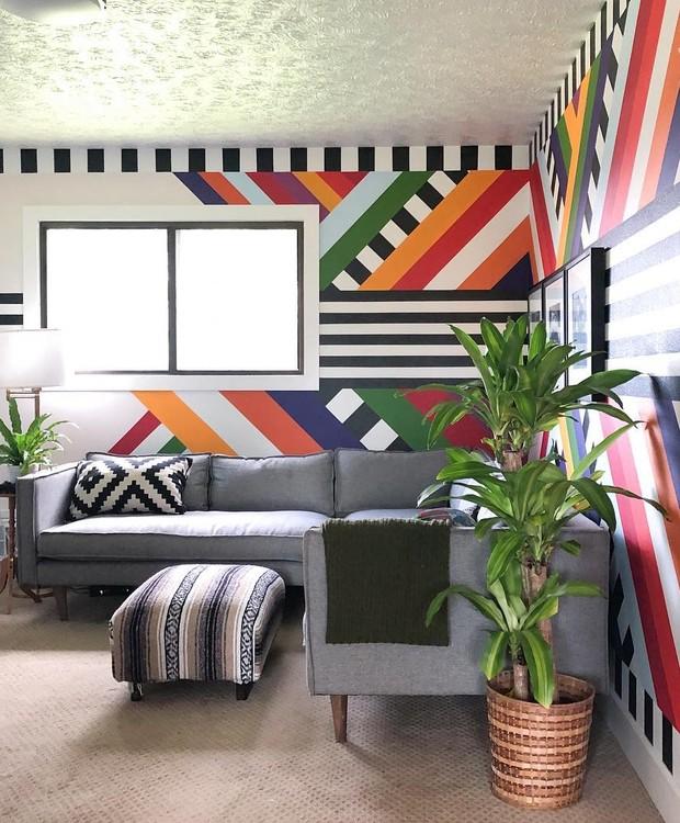 As linhas retas, em diferentes direções e cores, deixam a parede desta sala nada óbvia. Criação de Racheal Jackson, do perfil @banyanbridges (Foto: Reprodução Instagram)