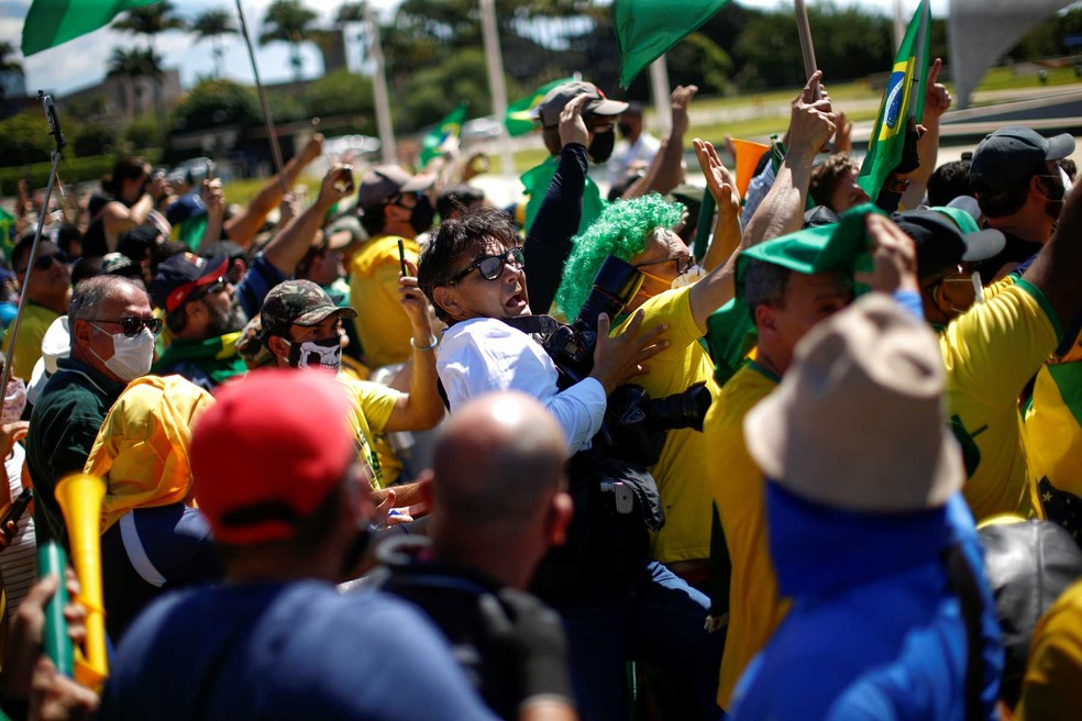 Fotógrafo Dida Sampaio é agredido por simpatizantes de Bolsonaro em Brasília.  — Foto: Ueslei Marcelino/Reuters