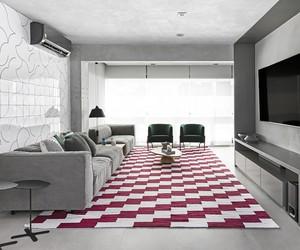 Apartamento minimalista de 145 m² possui toques ousados na decoração
