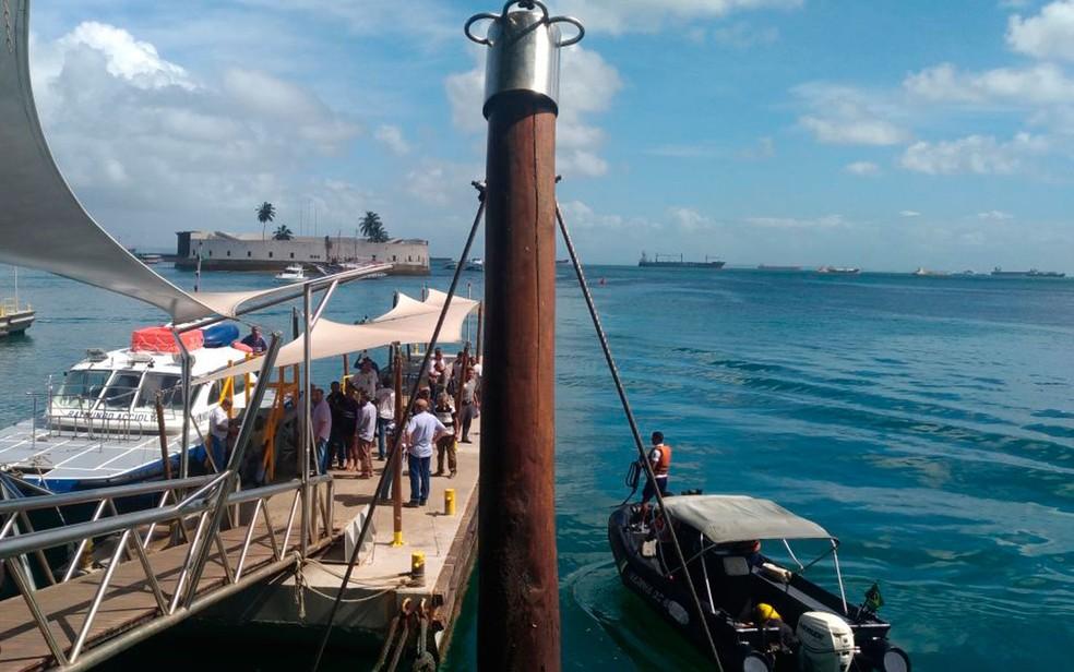 Vítimas são resgatadas após embarcação virar na Baía de Todos-os-Santos (Foto: Juliana Almirante/G1 Bahia)