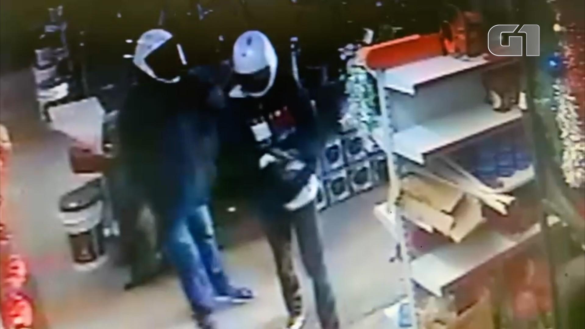 Criminosos armados invadem loja e atiram para o alto; Veja o vídeo