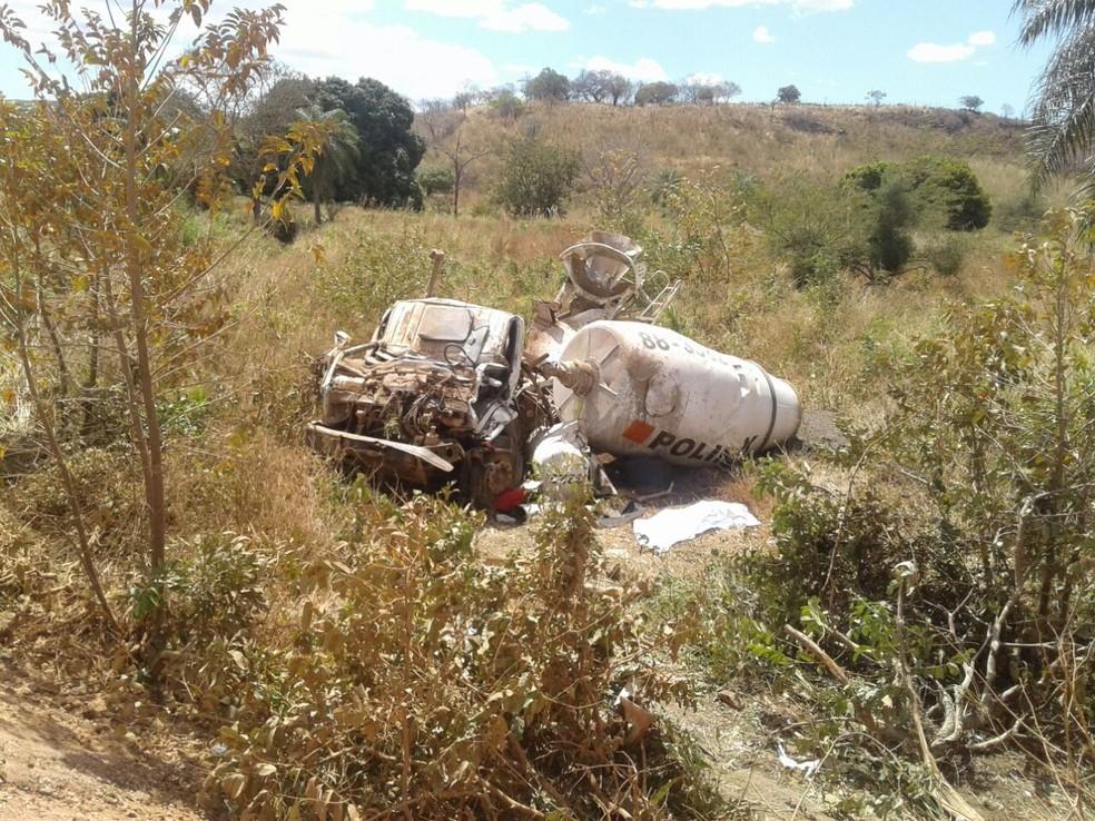Corpo do motorista foi retirado das ferragens pelo Corpo de Bombeiros (Foto: PRE)