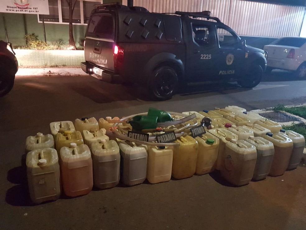 Galões de gasolina apreendidos com suspeita de venda ilegal no Distrito Federal (Foto: Polícia Militar/Divulgação)