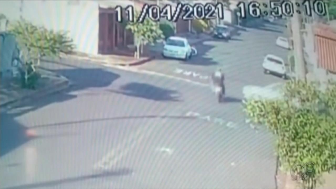 Em Assis, motociclista é arremessado de moto após batida em cruzamento