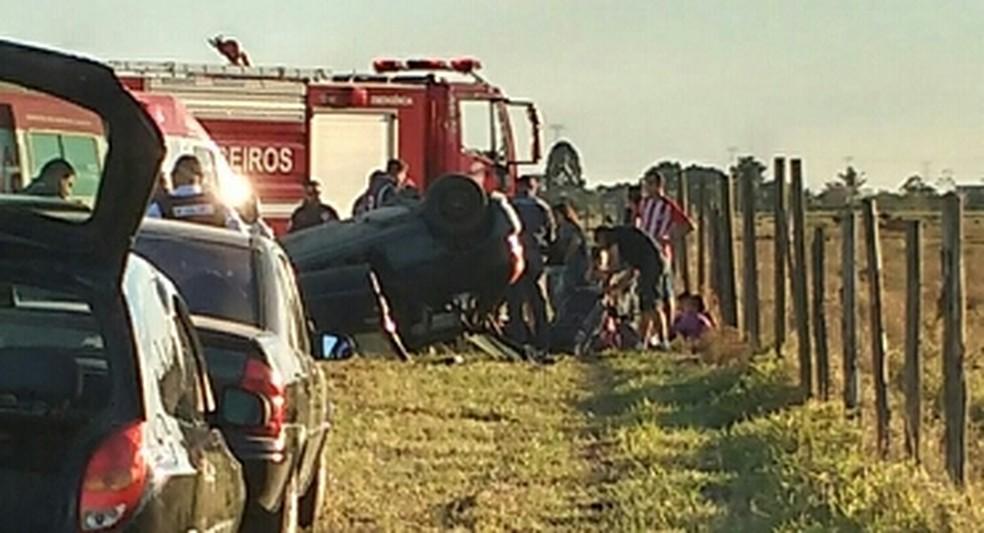 Cinco passageiros ficaram feridos após carro capotar em Moreira César nesta tarde (29). (Foto: Cléber Brito/Vanguarda Repórter)