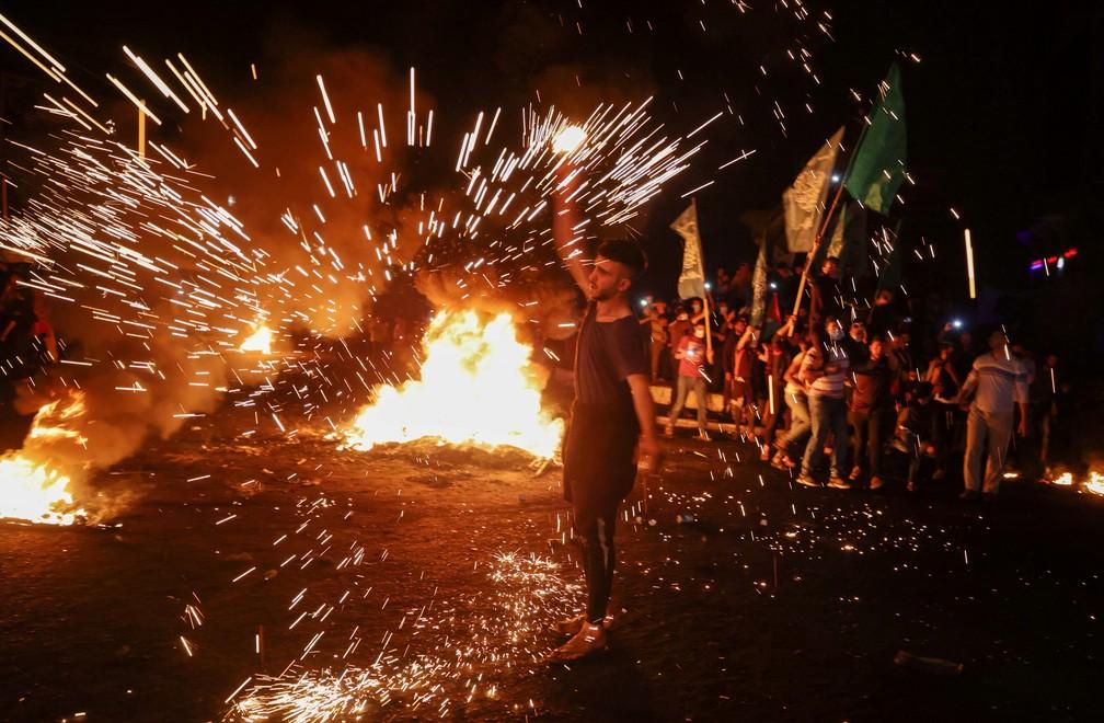 Palestino solta fogos de artifício durante protesto contra Israel em Jerusalém, neste sábado (24) — Foto: Mohammed Salem/Reuters