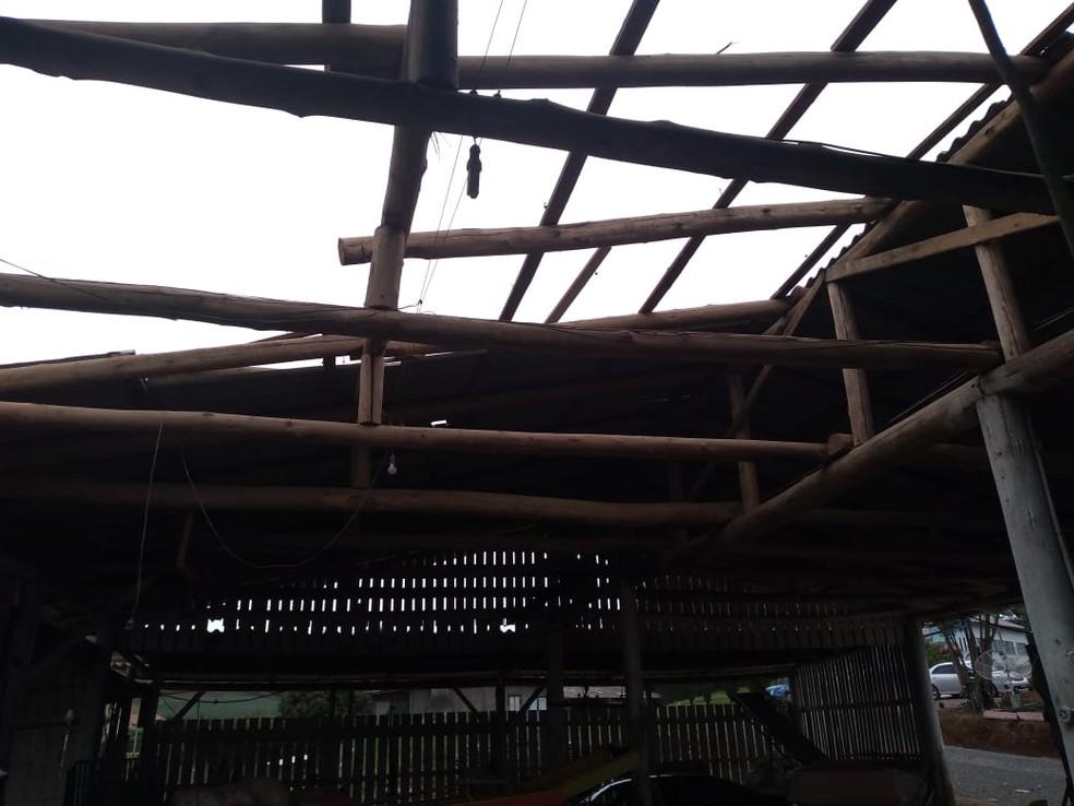 Além do granizo, ventania também atingiu o município de Aurora e deixou imóveis destelhados — Foto: Almir Serafim/Prefeitura de Aurora