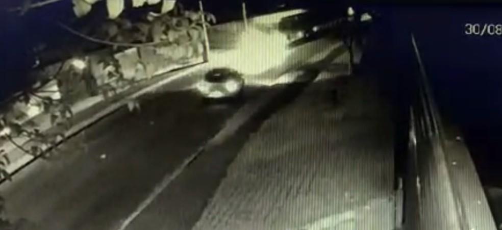 Câmeras de monitoramento mostram o momento da batida — Foto: Reprodução/RPC