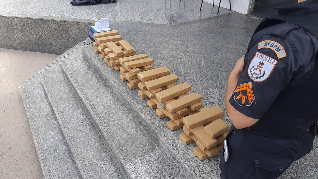 Homem é preso com 60 kg de maconha escondidos dentro de casa em Campos, no RJ