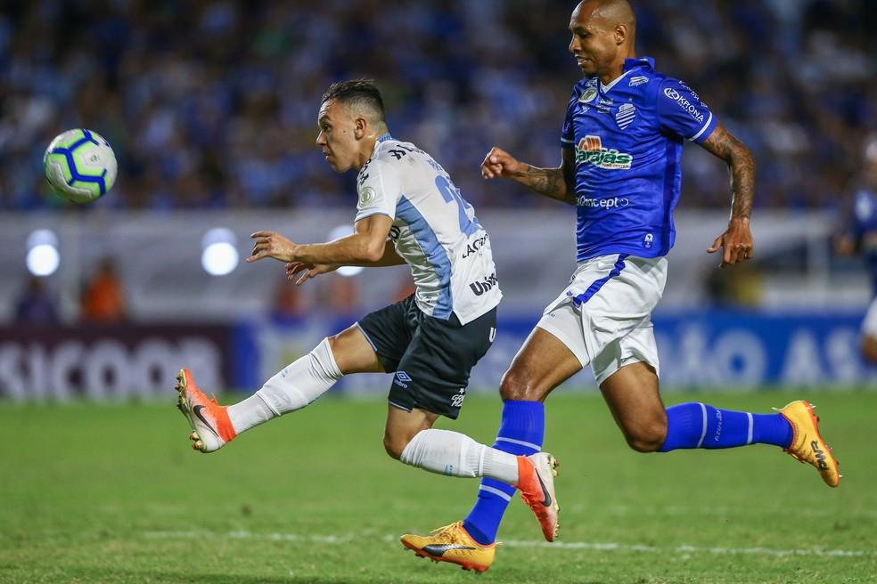Pepê tenta encobrir o goleiro e isola — Foto: Lucas Uebel/Grêmio/Divulgação